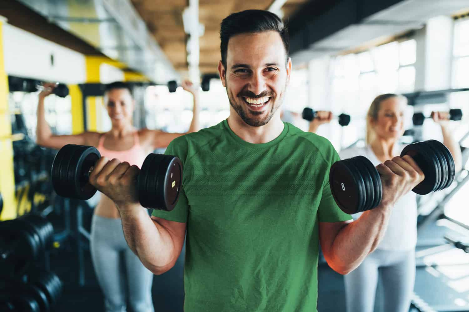 gym guy lifting weights - digital marketing for gyms